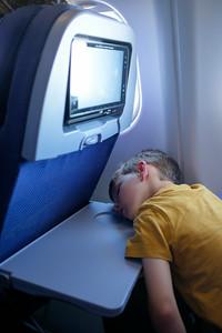 Après un long combat pour regarder un film, Nicolas finit par abandonner deux heures avant l'atterrisage...