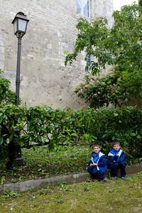 Les enfants devant l'ancien mur fortifié de Bourges qui fut converti en habitations au 13ième siècle (si je me souviens bien...)