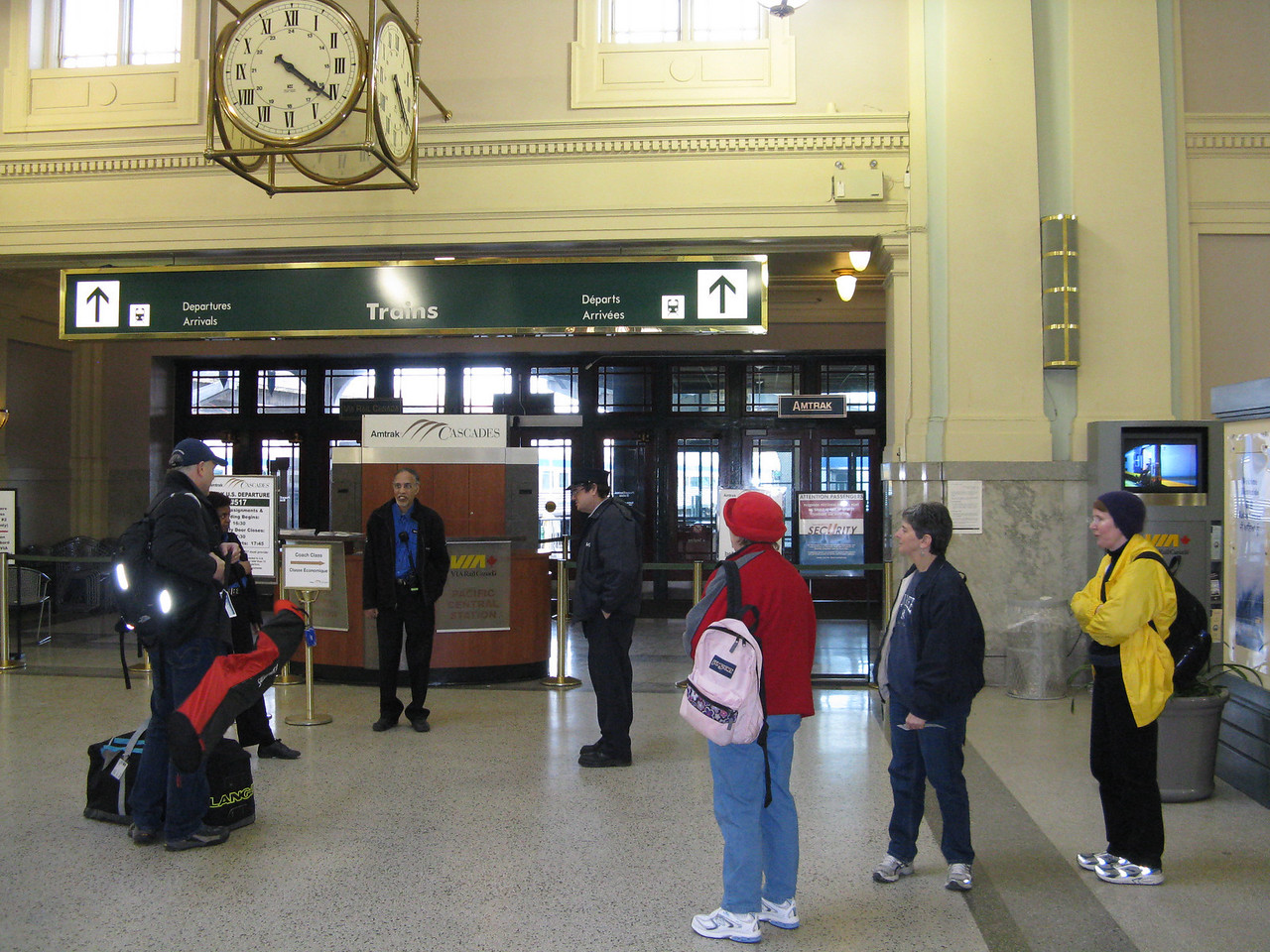 Inside the station, it is 4:20 p.m. and we can board the train beginning at 4:30 p.m.