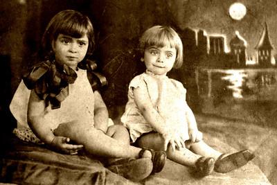 Mimi (Left) et Ima (Irma, Right).  Mid to late 1920s.