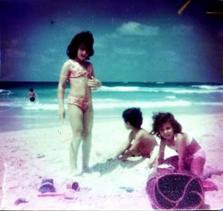 Agamy - 1975 or 1976.  Audrey (cuz from Australia), Kimo et moi.