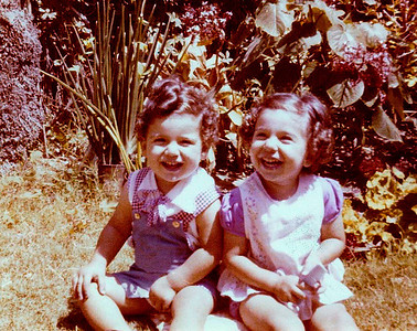 1974, jardin de Roushdy. We're not twins, I'm 15 months older.