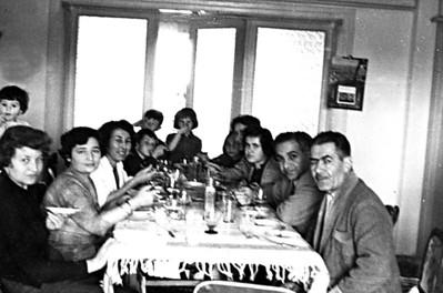 Evde bir aile yemeği. ( en solda Tuğrul Uşşaklı)