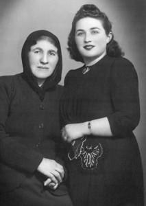 Babaannem Vesile Uşşaklı ve Sabiha halam (Cıngıllıoğlu), 21 Nisan 1945.