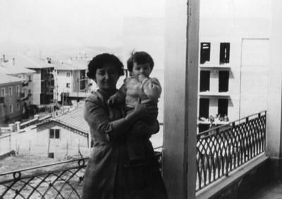 Tuğrul & Saadet Uşşaklı, 1 yaşımda. Sağda Üniversite apartımanı inşaatı. Solda Bestekar sokak.