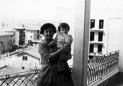 Tire apartımanı balkonunda annem ile, Tunalı Hilmi Caddesi. Arkada Bestekar sokak.
