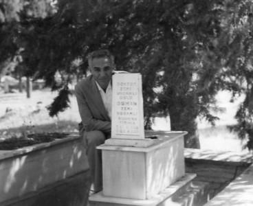 Babam, abim Osman Uşşaklı mezarı başında.