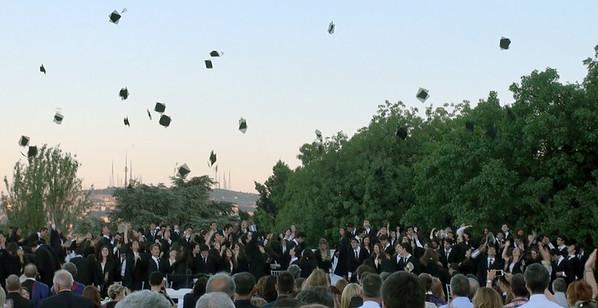 Tören sonrası geleneksel kep fırlatma ritüeli