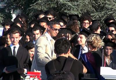 """Mert Uşşaklı'ya dereceye giren öğrencilere verilen  """"Koç Ailesi ödülü"""" takdim ediliyor."""