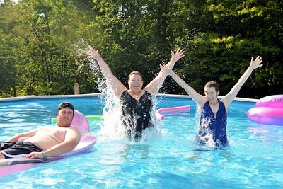 Kristin and Ellen show their synchronized swimming skillz