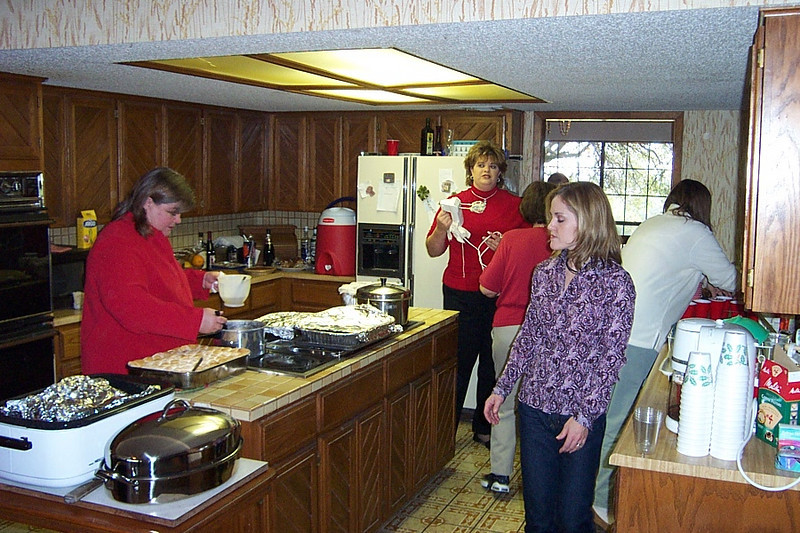 In the purple top is my cousin Christy (Frank's daughter).  At left is my sister Wendy.