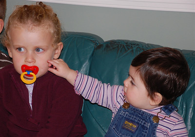 hannah making a move on shira's pacifier