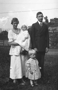 again I am guessing at the date. this is Evalds oldest sister Engaborg, her son Walter husband Simon Carlson and daughter Dorothy.