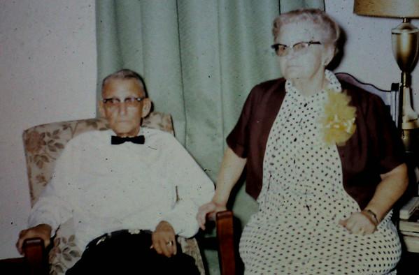 1950s-FarmerFamilySlidesLoosePict-Info