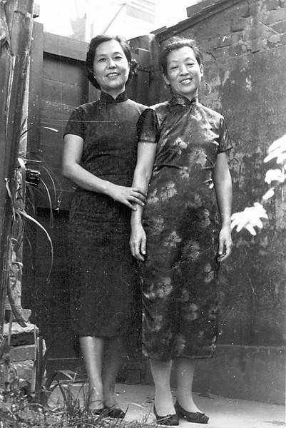 1970s_Backyard_Moms