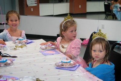 7/30 - Abby and Hannaw were dressed up as princesses on the birthday party. Lili changed to her Snow White dress later.