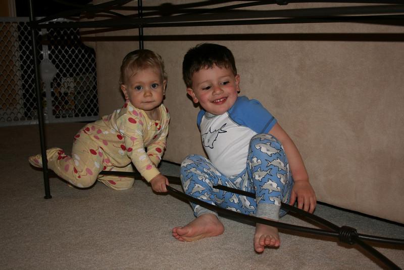 Eles adoram brincar embaixo dessa mesa...