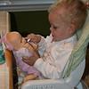 Dando comida para o bebe