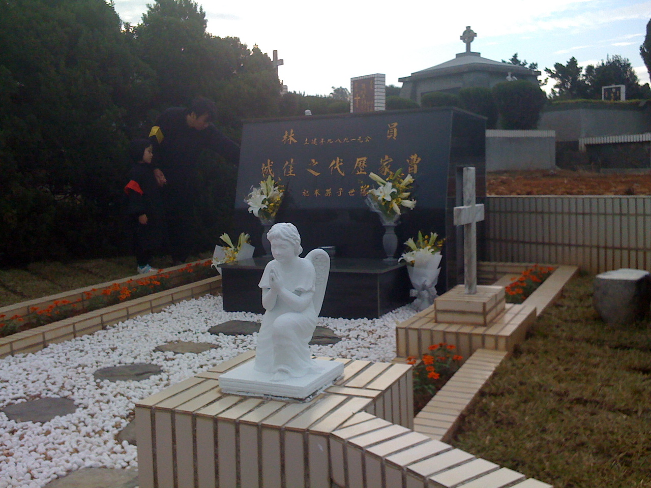 2008 11 26 Wed - Guo2 Bing1 shows daughter writing on side of grandfather, grandmother, & Eldest Uncle's gravesite of ashes urns
