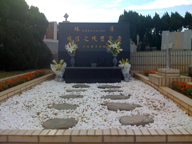 2008 11 26 Wed - Grandfather, grandmother, & Eldest Uncle's gravesite of ashes urns