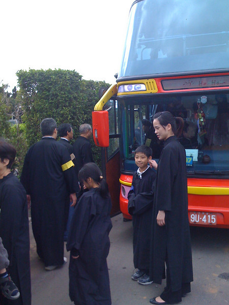 2008 11 26 Wed - Funeral family boarding bus
