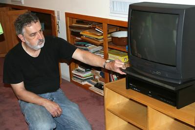 Al sets up the girls' TV