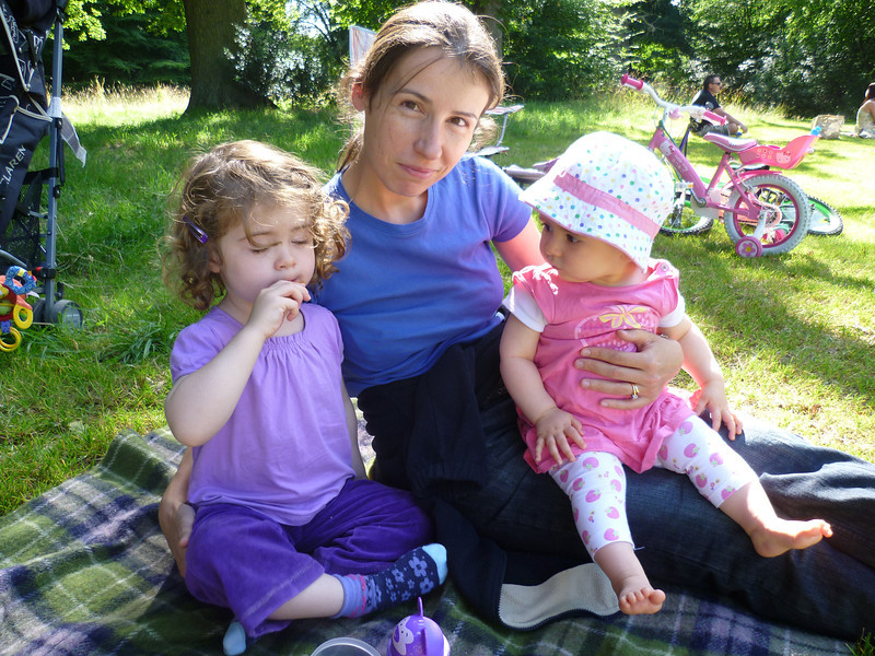 july_2011_pt5_hillyfields_concert_rachel_anna_mummy