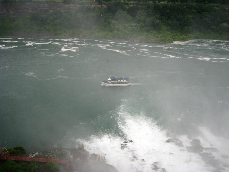 Maid of The Mist heading towards Horseshoe Falls.
