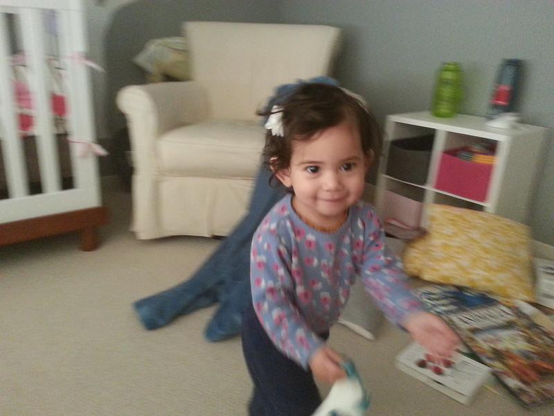 Anak kecill suka kabur bawa kaos kaki kotor. Disuruh taro lagi di hamper malah jadi lari-lari keliling kamar.