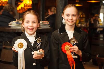 Eloise en Iris paardrijwedstrijd