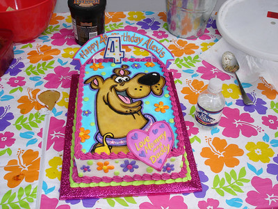 Alexis had a fancy Scooby Doo cake.