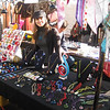 Aline, na barraca vendendo os produtos da ilha de Murano, montada no mercado de Camden, em Londres.