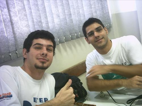 Em 2003, na ETEP, com meu amigão Édio, que hoje já é pós graduado em Marketing e trabalha na Riachuelo. Ele mora ainda pertinho da Johnson, onde o vô morava.