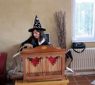 Aurelie a l'orgue de Barbarie