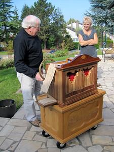 Rene a l'orgue de Barbarie