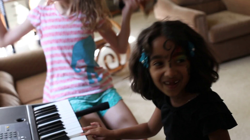 20160625 7-year-old Anuragini (1722) - being silly w keyboard w Julia visiting