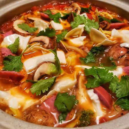 2021/02/26: Tomato & Mozzarella base, sausage, mushrooms, cabbage, home made Gyoza & clinatro.