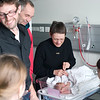 Susanne, John-Erik, Søren og Mette kom hjem fra skiferie dagen efter fødslen og besøgte den nytilkomne.