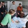 Susanne, John-Erik, Søren og Mette kom hjem fra skiferie dagen efter fødslen og besøgte den nytilkomne. Trine, Mikael og Sofie dukkede også op. En hyggelig dag.