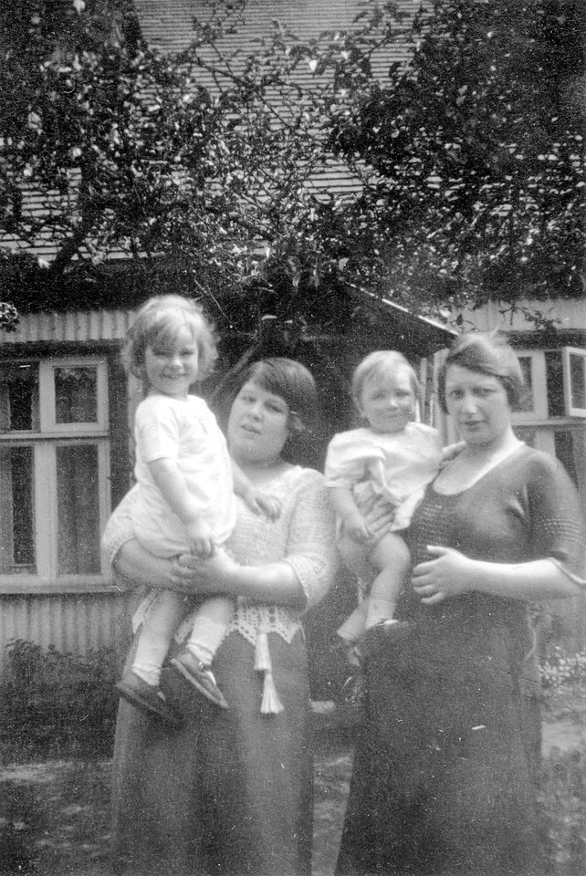 Uncle Frank, Audrey's Aunty Glad, Uncle John & Nan (Emma Wright)