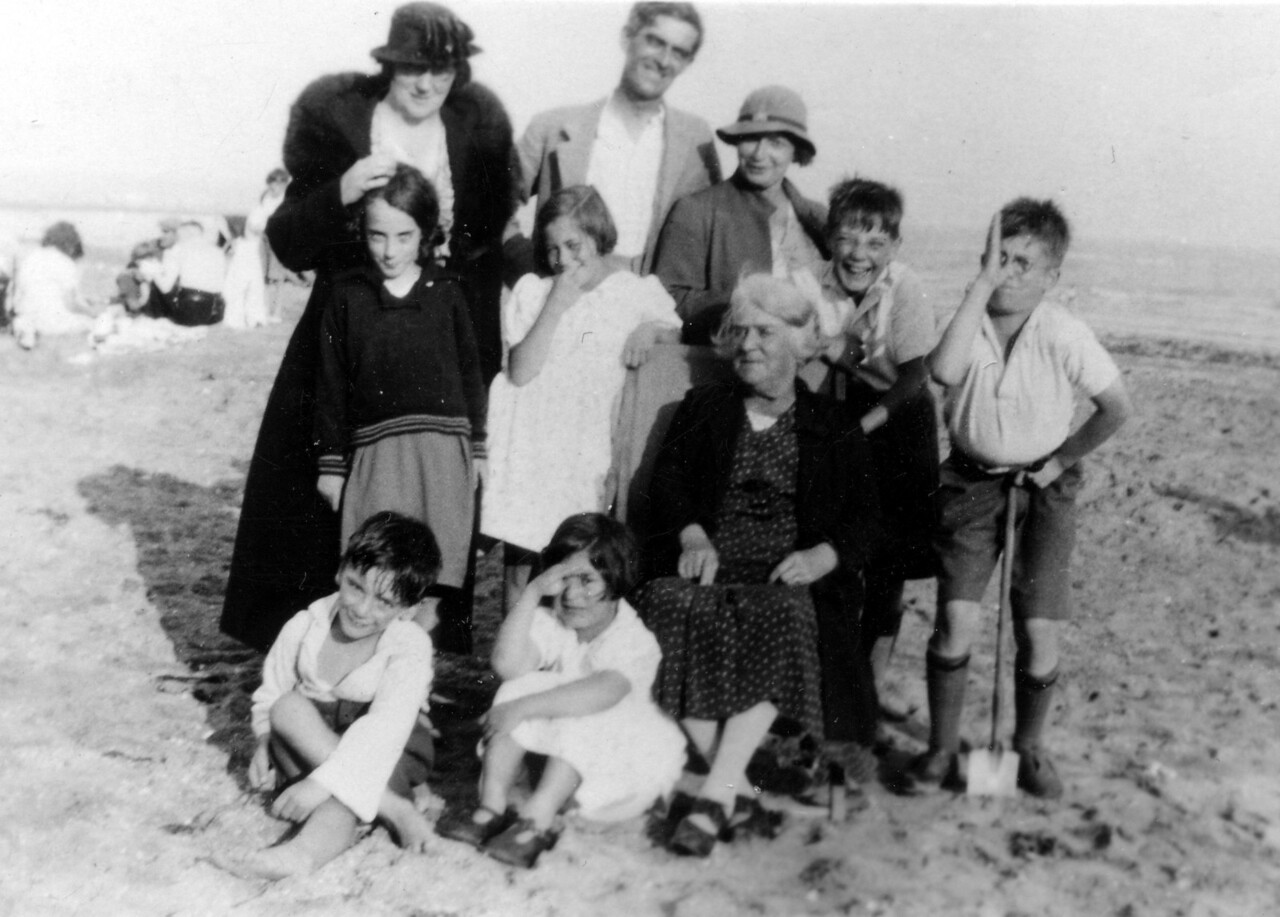 ?, Grandad (Frank Wright), Nan (Emily Wright), Uncle John, Uncle Frank, ?, Daphne, Great Gran ?, ? Audrey