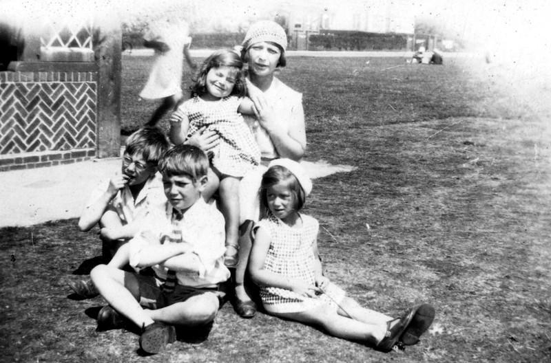 Nan (Emily Wright), Audrey, Uncle Frank, Uncle John & Daphne