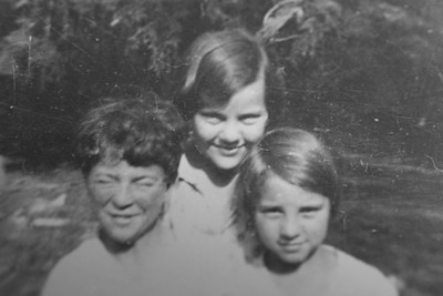 Glenn, Eleanora and Nellie May Bledden #2, July 1934