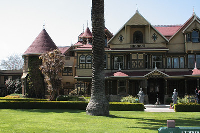 The front of Winchester Mystery House.