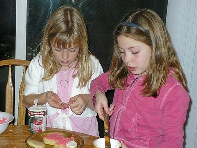 Juliana and Christiana decorate cookies