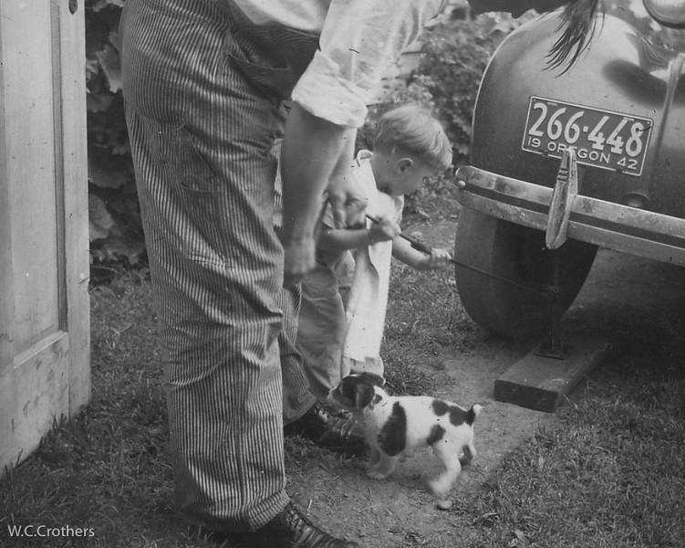 20090102-Vincent jacking car, Baby Recco 1942-1136SM
