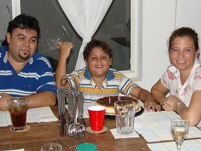 En casa de Dulce festejando a Mauricio.