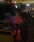 Bruno invitó a Mauricio a jugar video juegos.