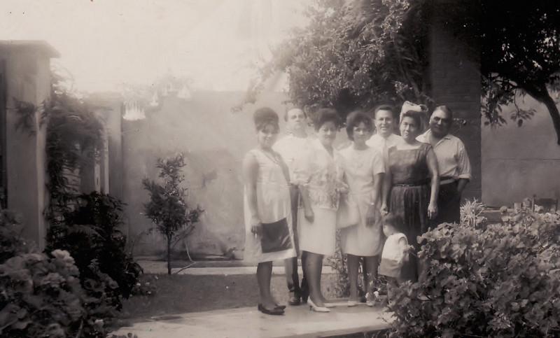 En la casa de Miraflores con los tios... yo en la pancita...
