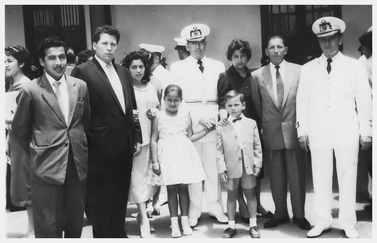 El tio Eduardo, Tia Concho, Tio Lucho, Tia Sara, Abuelo Humberto, y tio Carlos.  En el frente, Annie y Pepe.